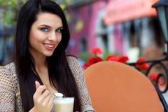 Thé potable de femme dans un café à l'extérieur Images libres de droits