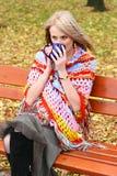 Thé potable de jeune femme Photo libre de droits