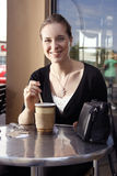 Thé potable de jeune femme. Photo libre de droits