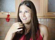 Thé potable de jeune fille Image stock