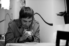 Thé potable de jeune homme Photographie stock libre de droits