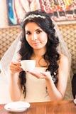 Thé potable de jeune mariée image stock