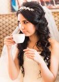 Thé potable de jeune mariée photos stock