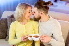 Thé potable de jeunes couples affectueux dans le restaurant Image stock