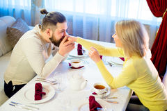 Thé potable de jeunes couples affectueux dans le restaurant Photos stock