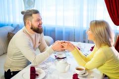 Thé potable de jeunes couples affectueux dans le restaurant Photographie stock