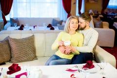 Thé potable de jeunes couples affectueux dans le restaurant Photos libres de droits