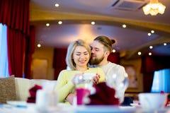 Thé potable de jeunes couples affectueux dans le restaurant Photographie stock libre de droits