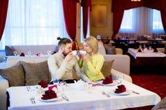 Thé potable de jeunes couples affectueux dans le restaurant Photo stock