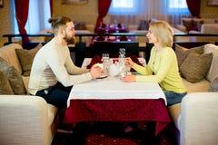Thé potable de jeunes couples affectueux dans le restaurant Images libres de droits