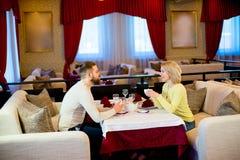 Thé potable de jeunes couples affectueux dans le restaurant Photo libre de droits