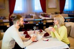 Thé potable de jeunes couples affectueux dans le restaurant Image libre de droits