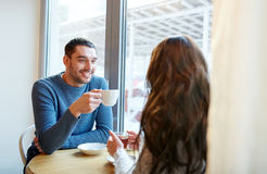 Thé potable et café de couples heureux au café Photo libre de droits
