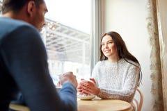 Thé potable et café de couples heureux au café Photos libres de droits