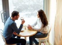 Thé potable et café de couples heureux au café Photos stock