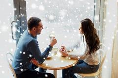 Thé potable et café de couples heureux au café Image libre de droits