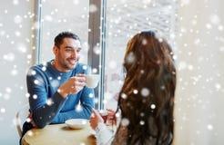 Thé potable et café de couples heureux au café Photographie stock libre de droits
