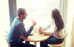 Thé potable et café de couples heureux au café Image stock