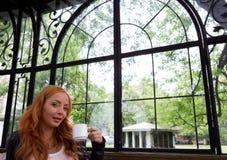 Thé potable ou café de belle fille Photographie stock libre de droits