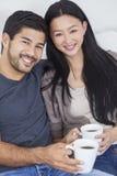 Thé potable ou café de couples chinois asiatiques à la maison Photos stock