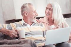 Thé riant et potable de couples âgés heureux Image libre de droits