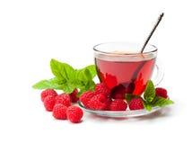 Thé rouge de fruit avec la framboise et la menthe d'isolement sur le backgro blanc Photographie stock