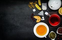 Thé rouge et jaune avec des ingrédients sur l'espace de copie images stock