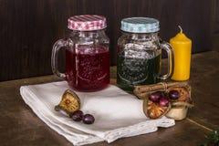 Thé rouge et vert sur le hachoir Photos stock
