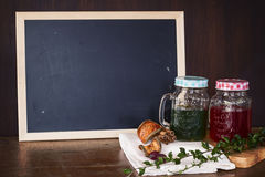 Thé rouge, thé vert sur le fond vide de panneau de craie Photo stock