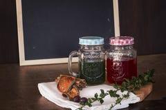 Thé rouge, thé vert sur le hachoir sur le backgr vide de panneau de craie Photos libres de droits