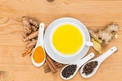 Thé sain de lait de safran des indes avec du gingembre, cannelle, clous de girofle, p noir photographie stock