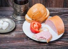 Thé, saucisse bouillie et pain Photographie stock libre de droits