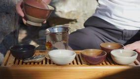 Thé se renversant, cérémonie de thé banque de vidéos