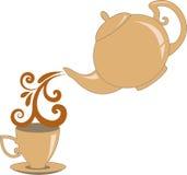 Thé se renversant d'un pot dans une tasse Photo stock