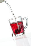 Thé se renversant dans la cuvette de thé transparente Photographie stock