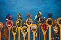 Thé sec avec dans des cuillères en bois Photos libres de droits