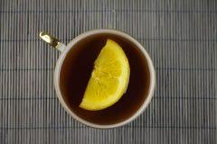 Thé sur le fond en bambou Image libre de droits