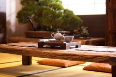 Thé traditionnel asiatique sur une vieille table rustique image stock