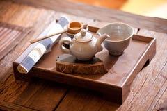 Thé traditionnel asiatique sur une vieille table rustique images stock