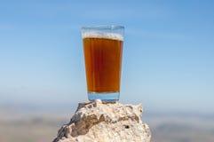 Thé traditionnel de berbers d'isolement sur la roche image libre de droits