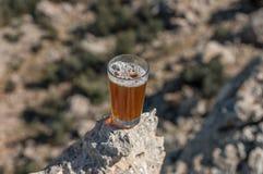 Thé traditionnel de berbers d'isolement sur la roche photo stock