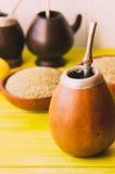 Thé traditionnel de compagnon de Yerba au foyer sélectif latin de l'Amérique Photographie stock libre de droits