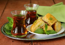 Thé turc arabe traditionnel servi avec la menthe Image stock