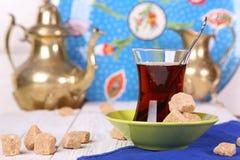 Thé turc avec du sucre de canne Photo stock