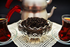 Thé turc dans de petits verres turcs Images stock