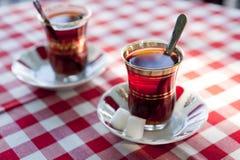 Thé turc dans des tasses de thé traditionnelles Photographie stock libre de droits