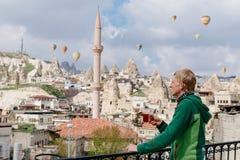 Thé turc potable devant la vieille ville Goreme Images libres de droits