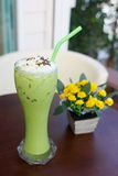 Thé vert avec de la glace images stock