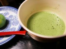 Thé vert avec des bonbons Images stock