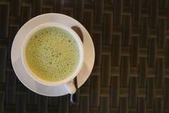 Thé vert avec la cuillère sur la table images stock